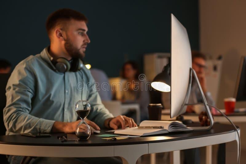 IT specialist die uiterste termijn in bureau proberen te ontmoeten royalty-vrije stock afbeelding