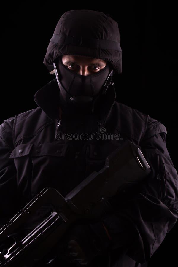 Specialist i likformig med maskingeväret fotografering för bildbyråer