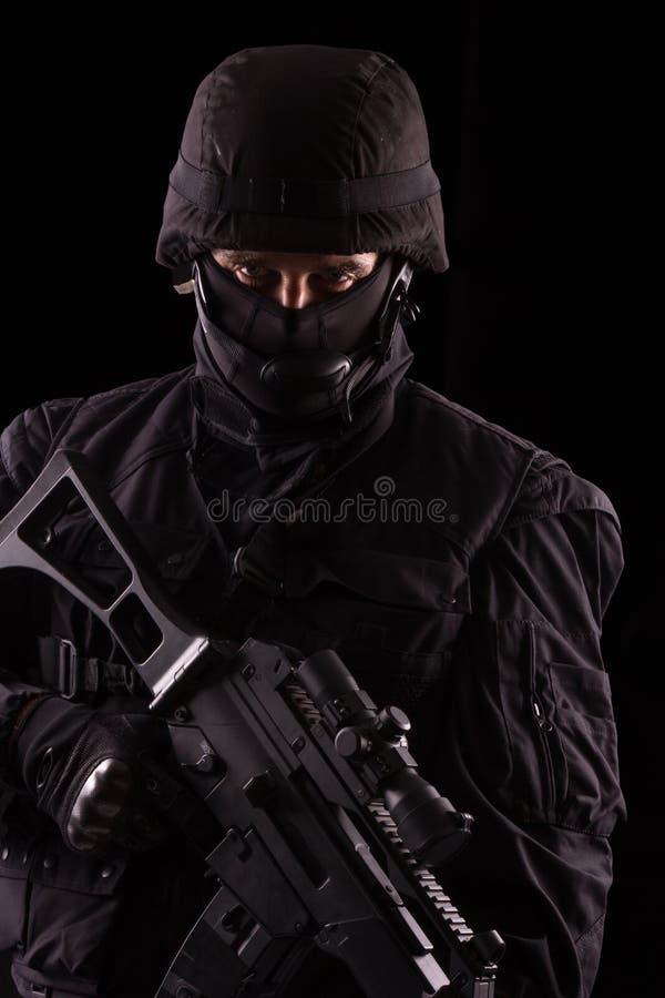 Specialist i likformig med maskingeväret royaltyfria bilder