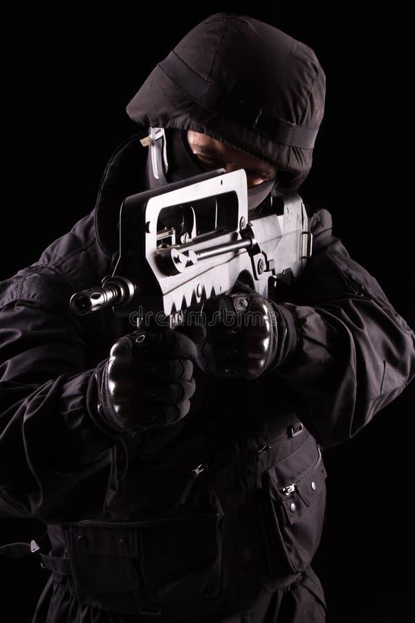 Specialist i likformig med maskingeväret arkivbilder