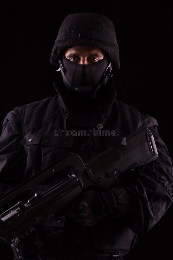 Specialist i likformig med maskingeväret - framåt arkivbild