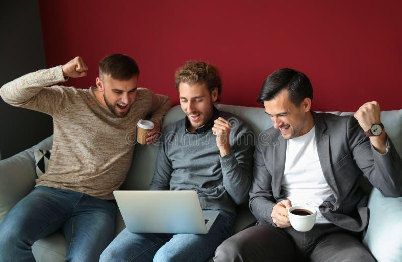 IT specialisten die hun baan op tijd beëindigen royalty-vrije stock foto
