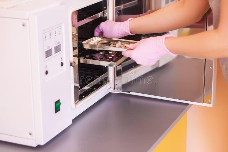 Specialisten f?r de steriliserade instrumenten Medicin- eller sk?nhetsalonger fotografering för bildbyråer