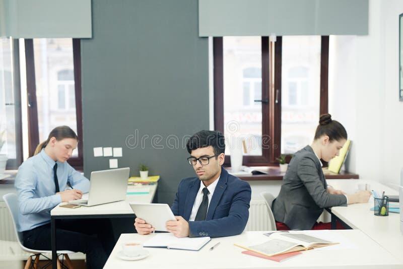 Specialister som i regeringsställning arbetar arkivbild