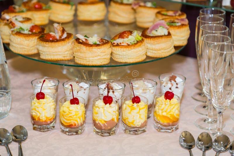 Specialità degli spuntini, del pesce e della carne sul buffet dessert Una ricezione di galà tabelle servite approvvigionamento fotografie stock