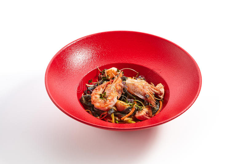 Specialità di cucina panaraba in piatto rosso fotografia stock