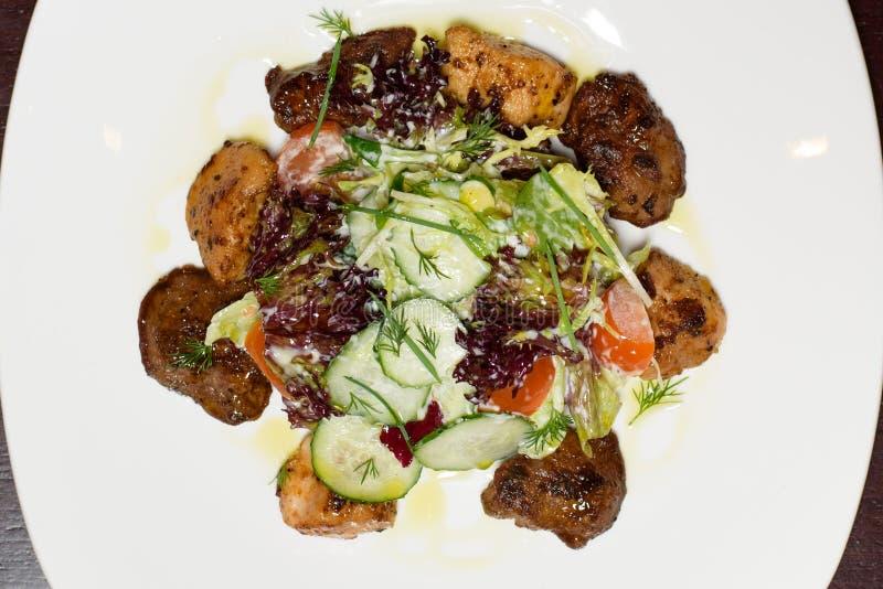 Specialitet för kock som s framläggas i restaurang på den tjänade som tabellen arkivfoton