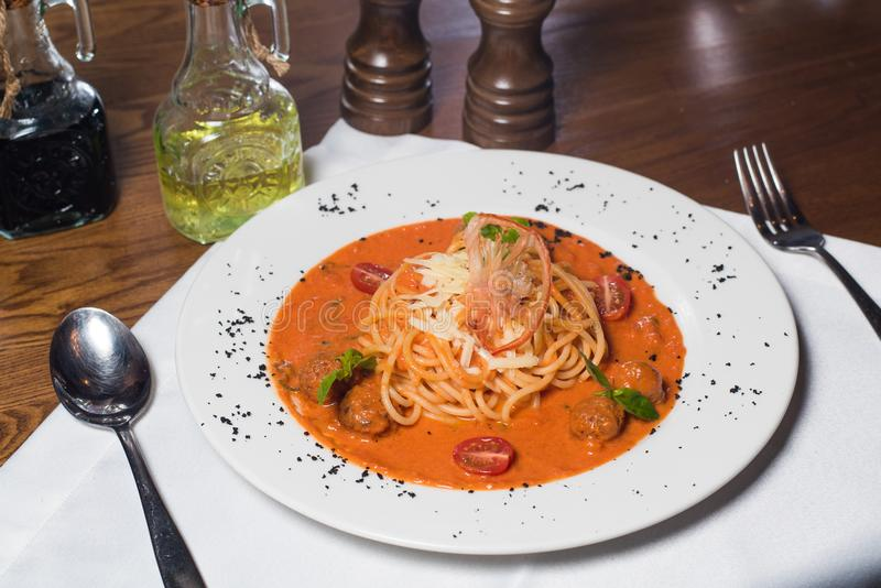 Specialitet för kock som s framläggas i restaurang på den tjänade som tabellen royaltyfria bilder