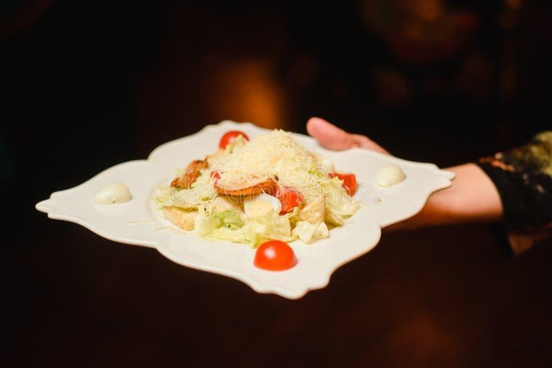 Specialitet för kock som s framläggas i restaurang på den tjänade som tabellen fotografering för bildbyråer