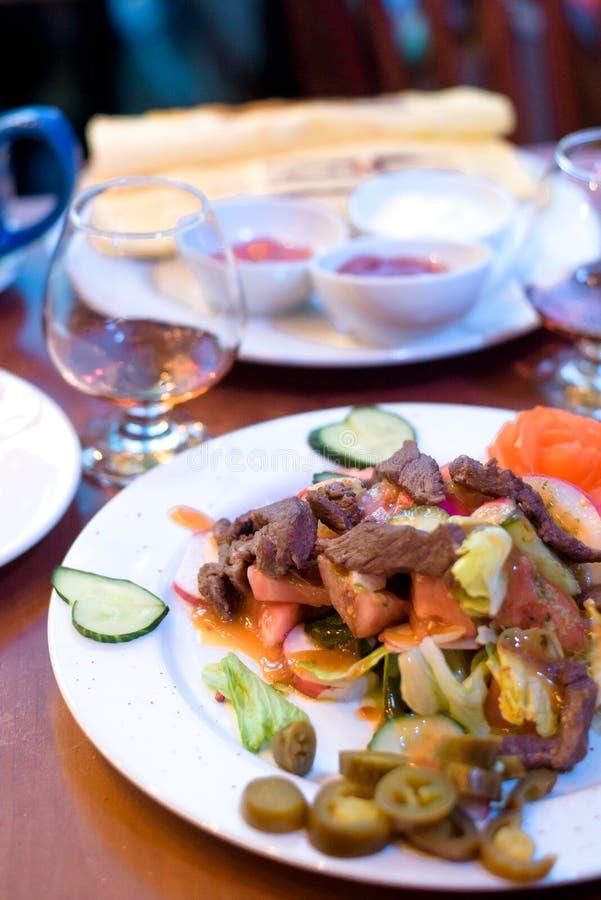Specialitet för kock som s framläggas i restaurang på den tjänade som tabellen royaltyfri bild