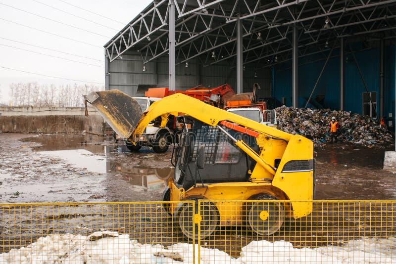 Specialt maskineri- eller bulldozerarbete på platsen av avfalls som lastar av på växten för förlorat förfogande arkivbilder