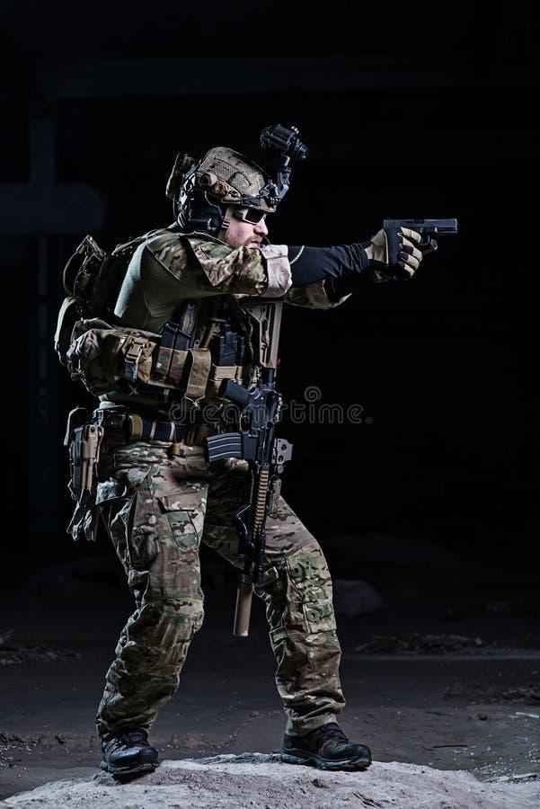 Specificatie ops militair met pistool stock foto