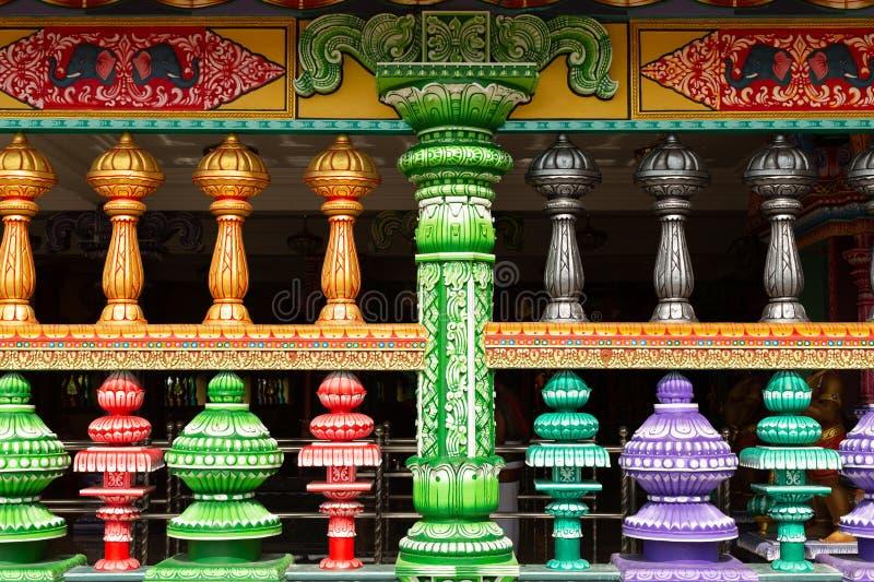 Specificera av ljust färgad arkitektur som omger ingången till tempelgrottan royaltyfri foto