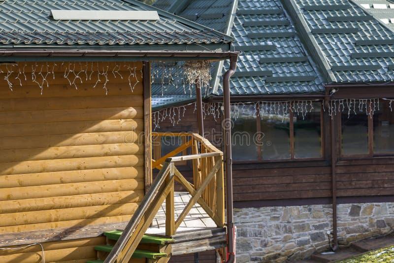 Specificera bilden av ett hus med garneringar för det nya året royaltyfria bilder