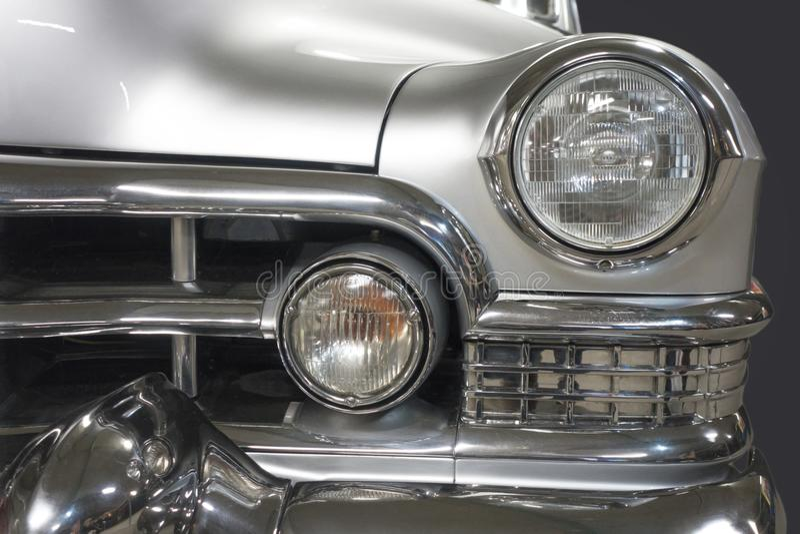 Specificera den främre billyktan av en gammal tappningbil royaltyfria foton