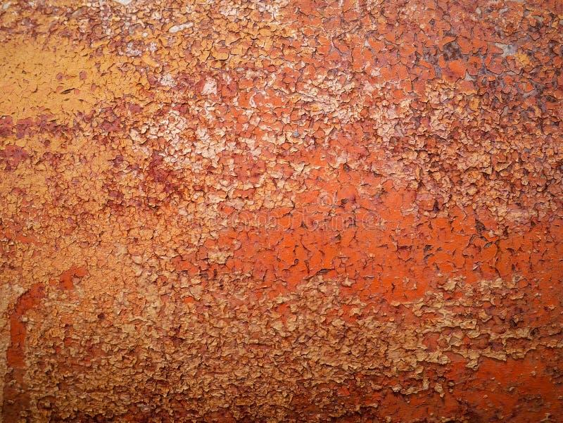 Specificera och stäng sig upp av rost på bilmetall med att knäcka, närvaro av rost och korrosion, härlig abstrakt bakgrund royaltyfri bild