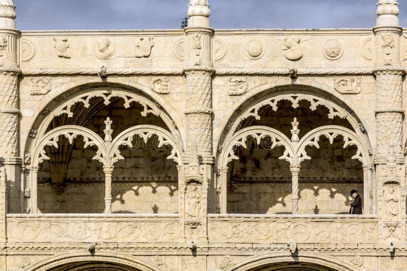 Specificera sikten av fönstret i den Jeronimos kloster med besökaren royaltyfria foton