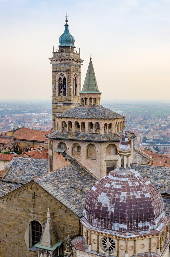 Specificera sikten av kyrka- och klockatornet i Bergamo, Italien royaltyfri bild
