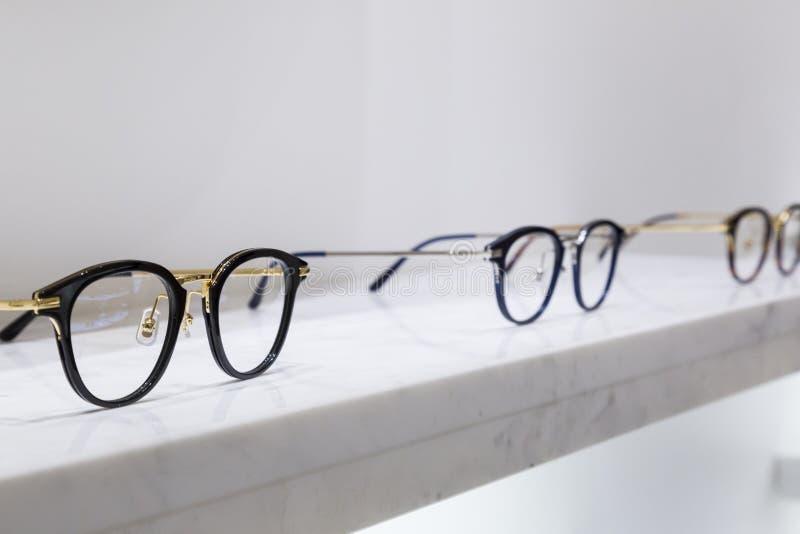 Specificera sikten av olikt glasögon som ligger på ett magasin royaltyfri foto