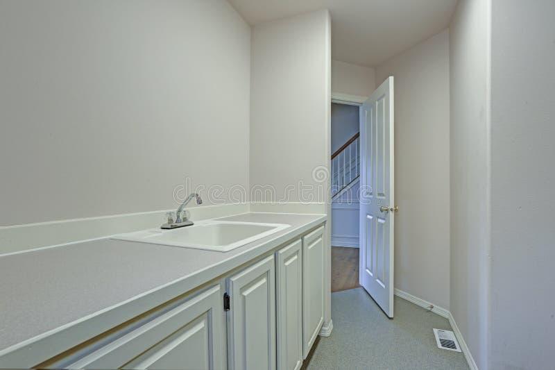 Specificera sikten av vit tvättstuga med shakerkabinetter royaltyfri foto