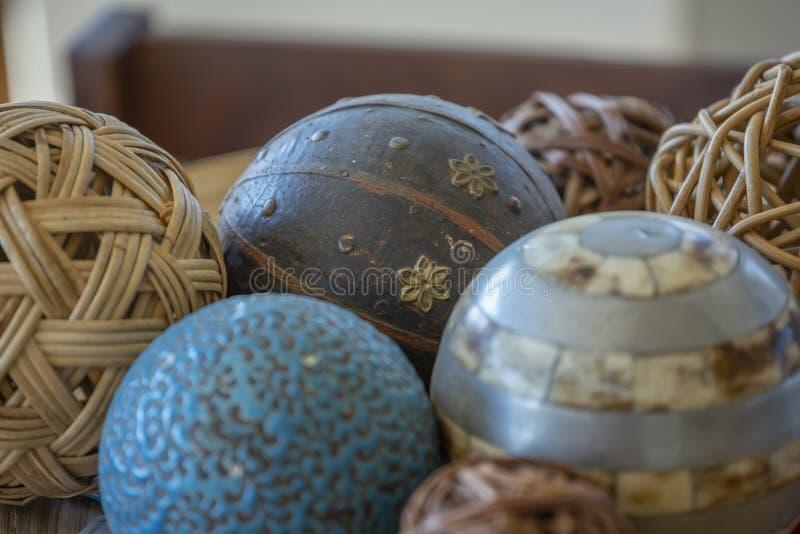 Specificerad sikt av dekorativa bollar, gnäggande, trä, mineraler och plast-, med lättnad och målat royaltyfria foton