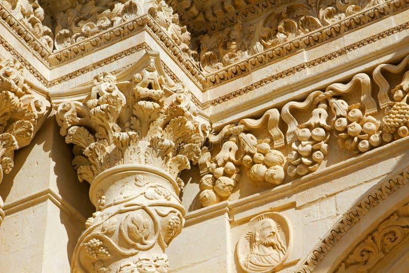 Specificerar barock av kolonnen och huvudstad av den sicilian kyrkan royaltyfria bilder