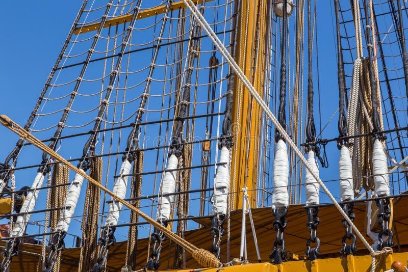 Specificerar utrustning av skeppet på däck royaltyfri bild
