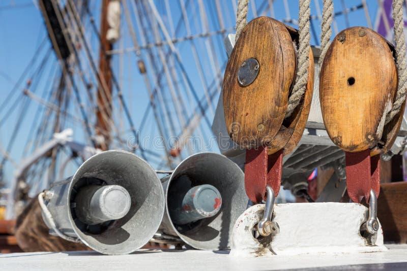 Specificerar utrustning av skeppet på däck royaltyfria foton