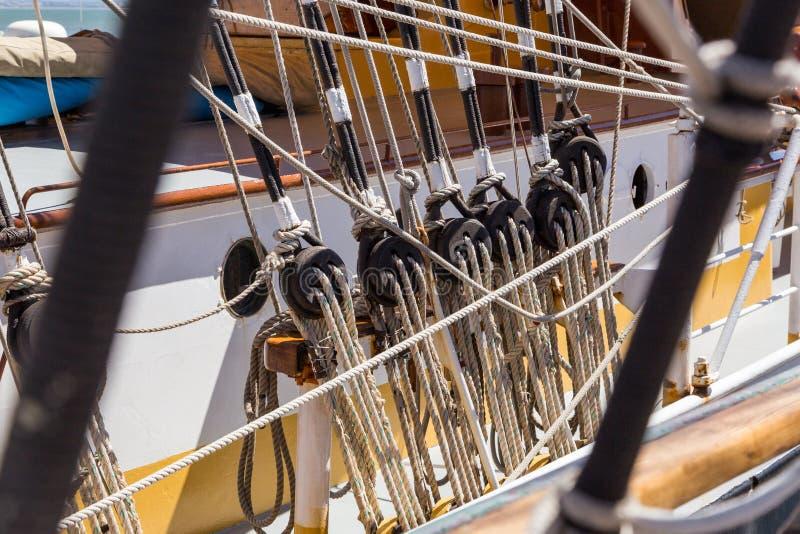 Specificerar utrustning av skeppet på däck royaltyfria bilder