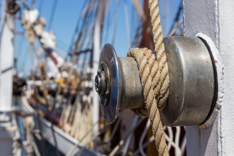 Specificerar utrustning av skeppet på däck arkivbilder