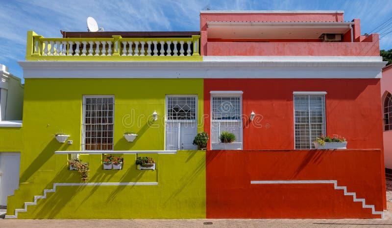 Specificerat foto av hus i den malajiska fjärdedelen, Bo-Kaap, Cape Town, Sydafrika, historiskt område av ljust målade hus royaltyfria bilder