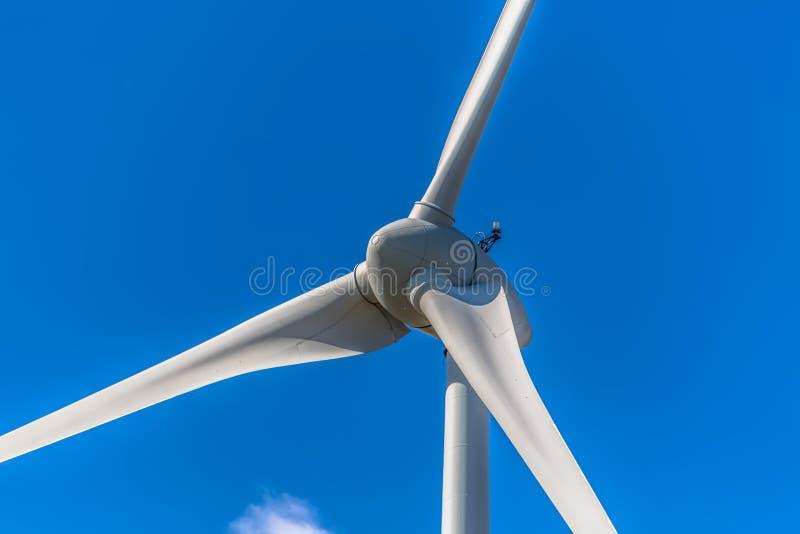 Specificerat tätt upp sikt av turbiner för en vind; generator-, rotor- och bladsikt fotografering för bildbyråer