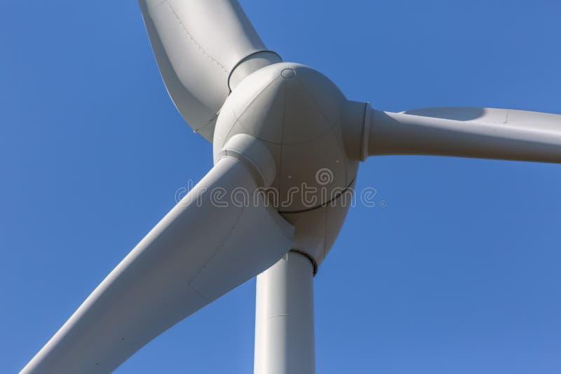 Specificerat t?tt upp sikt av turbiner f?r en vind; generator-, rotor- och bladsikt royaltyfri fotografi