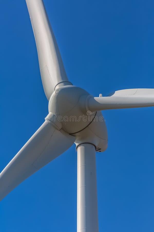Specificerat t?tt upp sikt av turbiner f?r en vind; generator-, rotor- och bladsikt arkivfoton