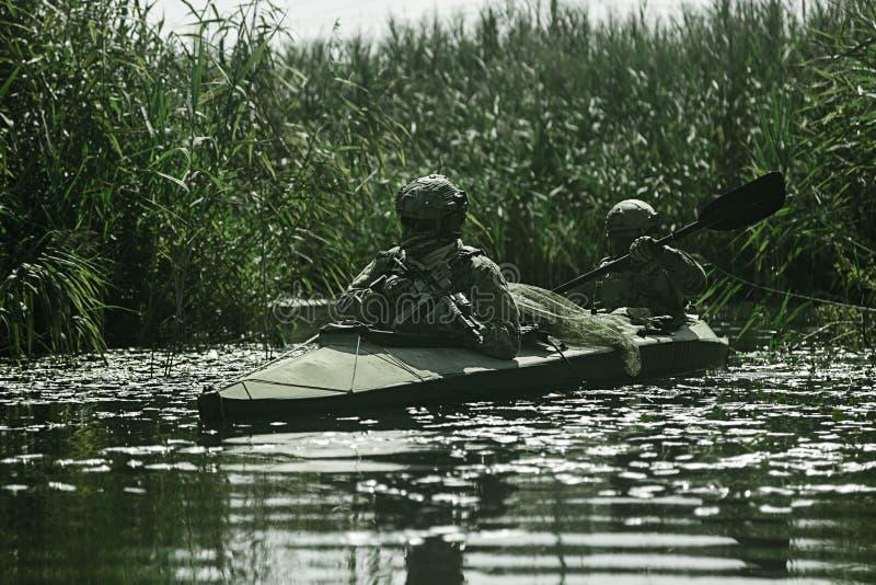 Specifikations-ops i den militära kajaken royaltyfria bilder