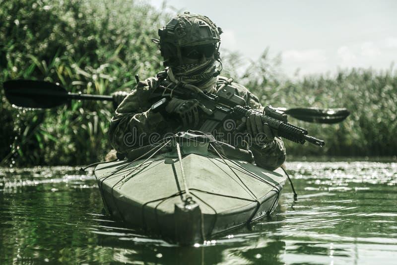 Specifikations-ops i den militära kajaken arkivbilder
