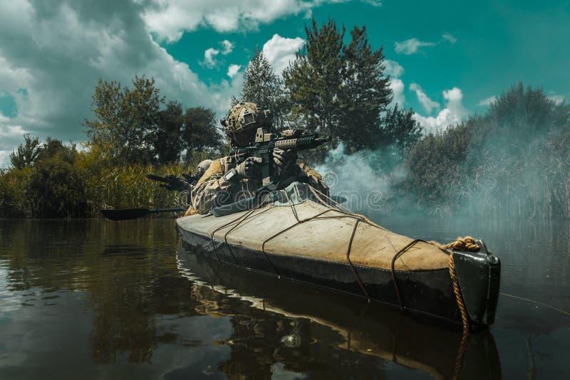 Specifikations-ops i den militära kajaken arkivfoton
