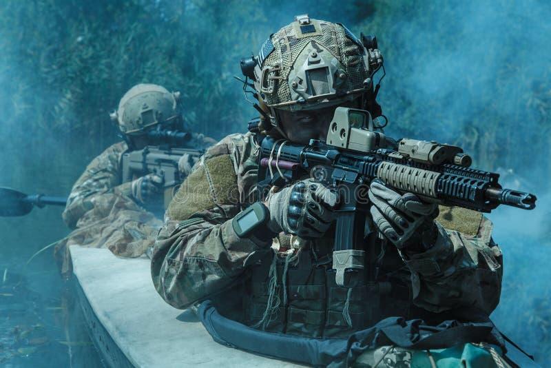 Specifikations-ops i den militära kajaken fotografering för bildbyråer