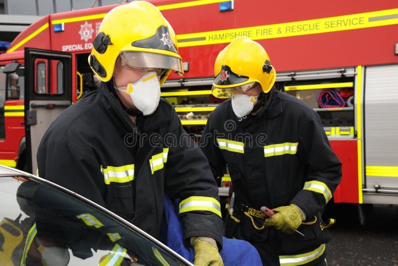 Pożarnicza usługa przy samochodowym roztrzaskaniem zdjęcie stock