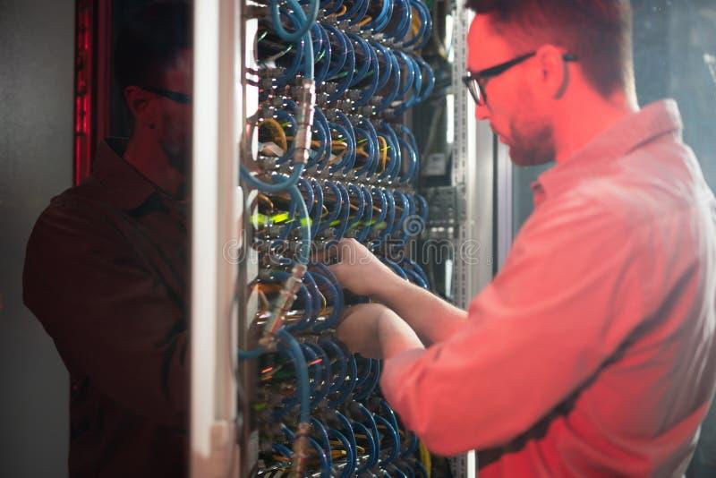 IT specjalista utrzymuje networking system obrazy stock