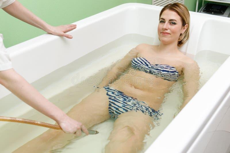 Specjalisty applynig hydroterapia w skąpaniu Podwodny hydromassage w piękno salonie zdjęcia royalty free