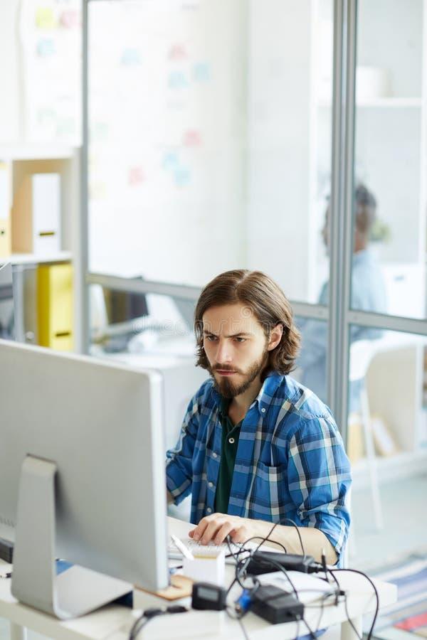IT specjalisty ogniskowanie na komputerowym problemu obraz stock
