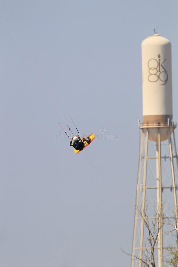 Specjalizuje się powietrze z kania surfingowem w Oklahoma mieście fotografia royalty free