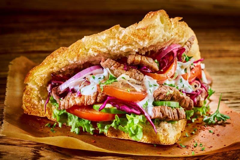 Specjalności doner Turecki kebab na pita chlebie zdjęcie stock