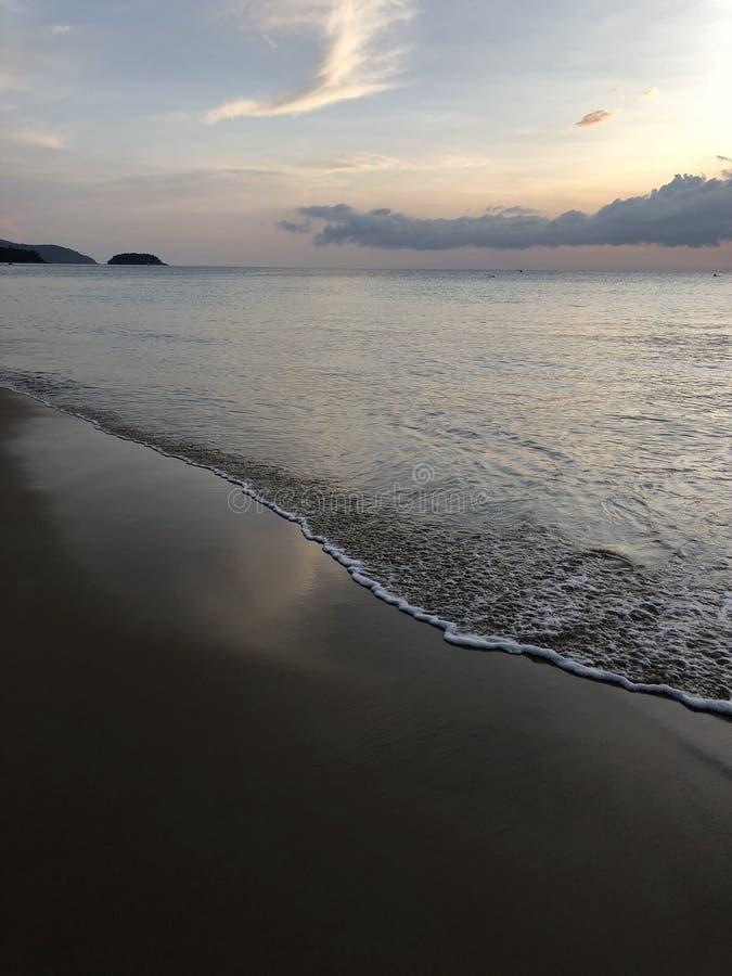 Specjalny śpiewu srebra piasek i linia brzegowa Karon wyrzucać na brzeg w Phuket Tajlandia przy opóźnionym zmierzchem fotografia stock