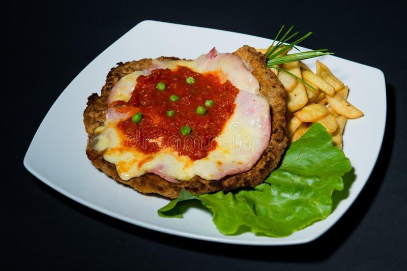 Specjalny posiłek z francuskimi dłoniakami, sałatką i schnitzel, zdjęcie royalty free