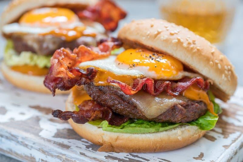 Speck-Burger mit Ei-Kopfsalat und Käse lizenzfreie stockfotografie