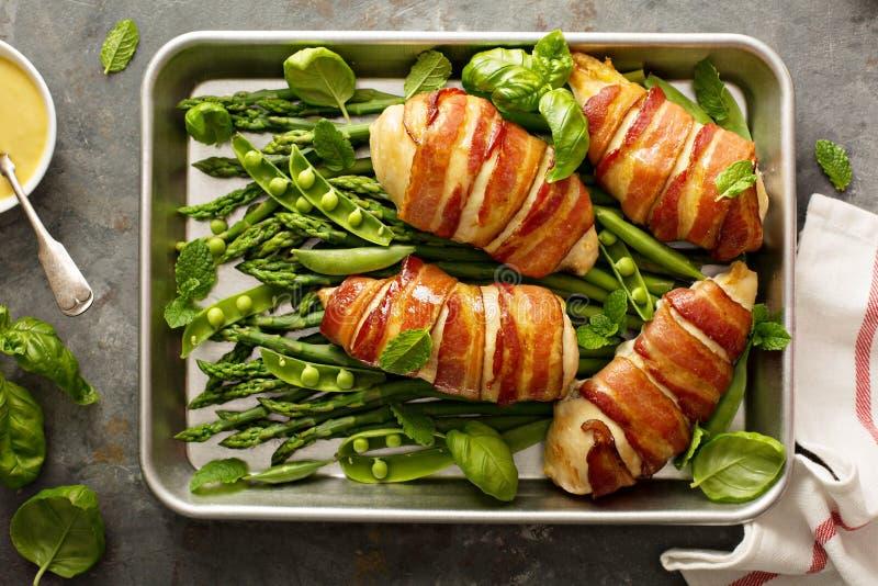 Speck eingewickelte Hühnerbrust mit Spargel stockfotos