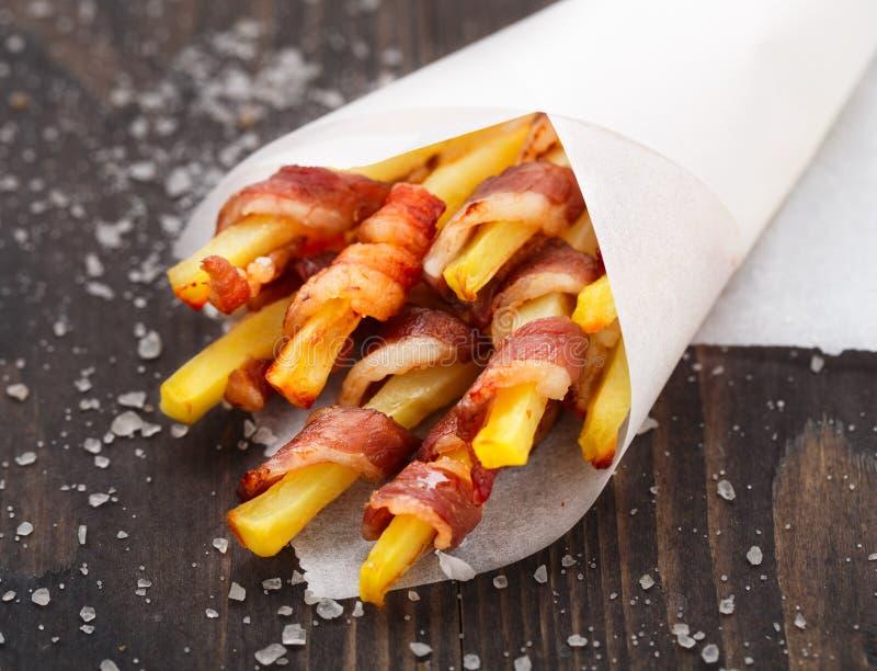 Speck eingewickelte Pommes-Frites stockfotografie