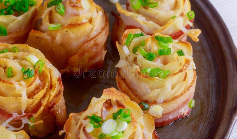 Speck mit geschnittenen Kartoffeln und Käsenahaufnahme auf der Wanne stockfotos
